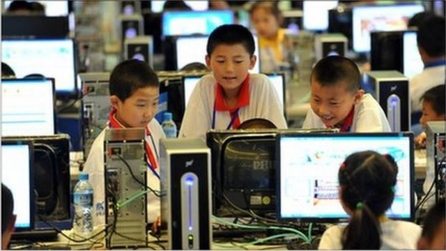 Niños en una clase de computación en China