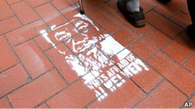 香港上環街頭出現的「誰怕艾未未」塗鴉(13/4/2011)