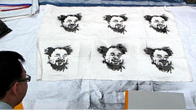 香港示威者用噴漆製作艾未未畫像(2/5/2011)