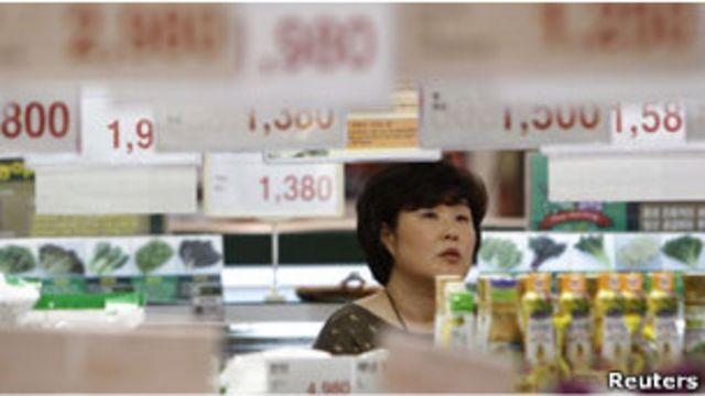 一名韓國婦女在超市購買食品(02/05/2011)