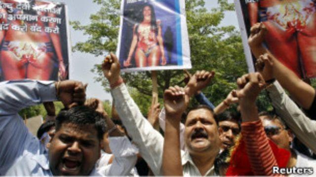 aksi protes menentang baj renang bergambar Laksmi