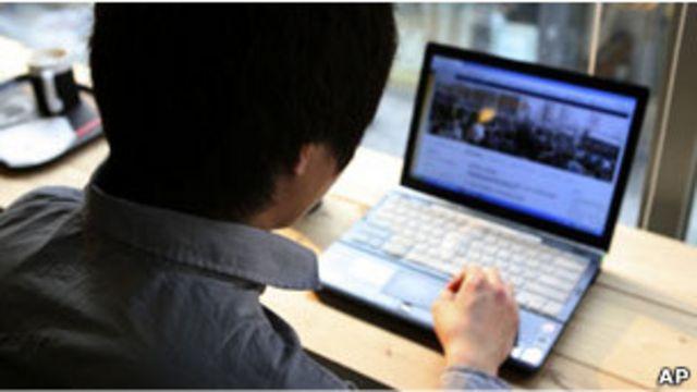 一名中國男子在韓國首爾上網(03/04/2011)