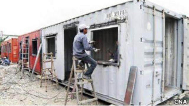 工人改裝貨櫃屋