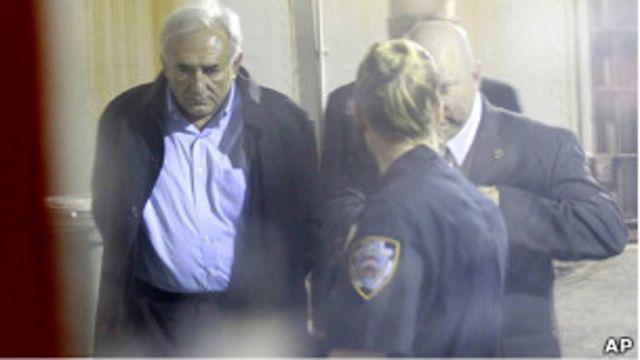 卡恩被紐約警察押下飛機