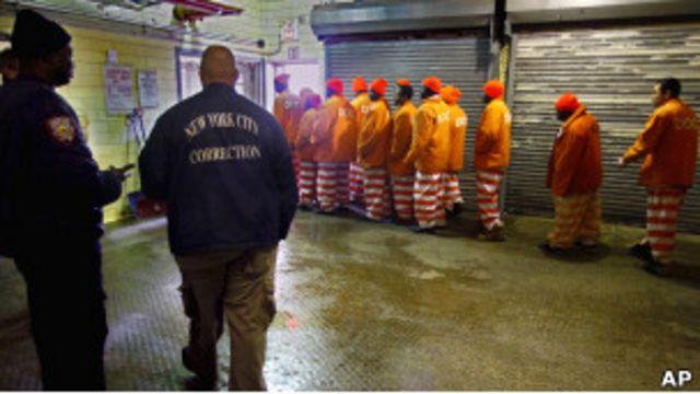 Охранники наблюдают за строем заключенных в Райкерс-Айленд
