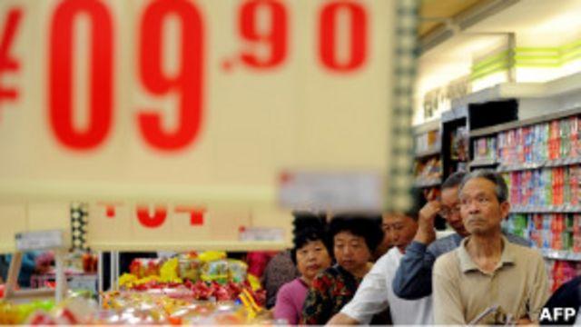安徽合肥一家超市內的顧客排隊購買減價雞蛋(10/05/2011)