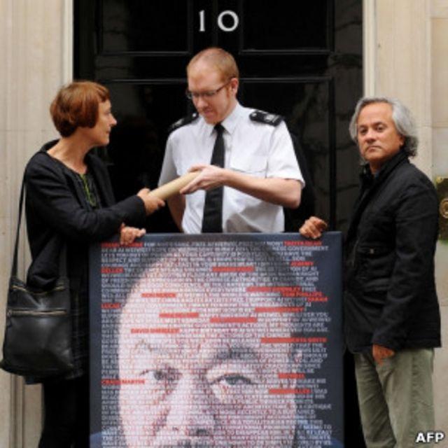 兩名英國樂術家在首相府前請願
