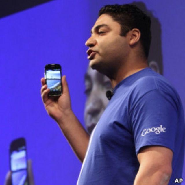 谷歌支付業務副總裁貝迪埃2011年5月26日在紐約展示可用作」錢包「的智能手機