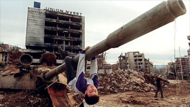 Seorang anak bermain di Sarajevo