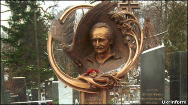 Могила В.Чорновола на Байковому цвинтарі у Києві
