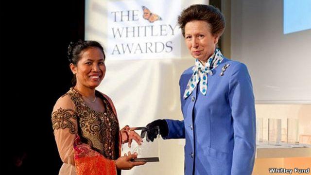Kepedulian atas konservasi hutan yang melibatkan warga,  membuat Hotlin Ompusunggu meraih penghargaan dari Whitley Award 2011.