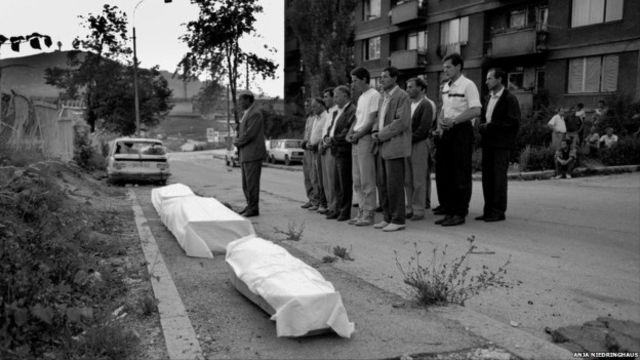 Warga muslim Bosnia melakukan salat jenazah di tempat terbuka selama pengepungan.