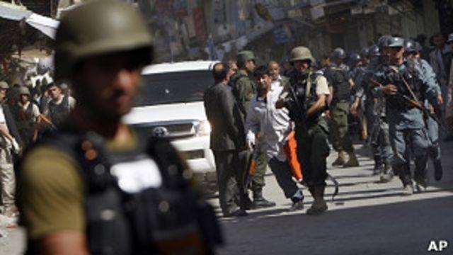 阿富汗警察在喀布爾炸彈襲擊現場戒備(18/6/2011)