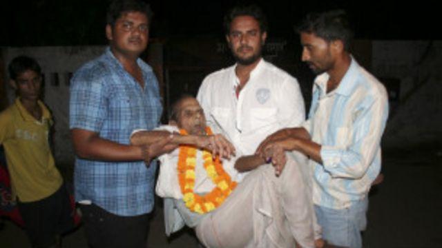 Bihari dibopong anggota keluarganya saat meninggalkan penjara Gorakhpur.