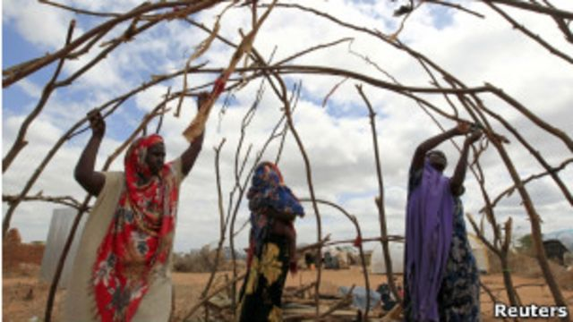 Mulheres somalis no campo de Dadaab, no Quênia, em foto de abril de 2011 (Reuters)
