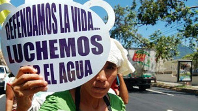 Una activista marcha por las calles de San Salvador en una actividad realizada por la Unidad Ecológica Salvadoreña (UNES)