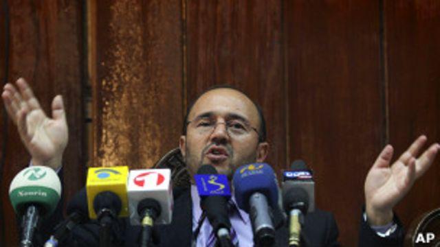 عبدالقدیر فطرت پس از اوج گرفتن پرونده کابل بانک به آمریکا رفت و در همان جا استعفای خود را اعلام نمود