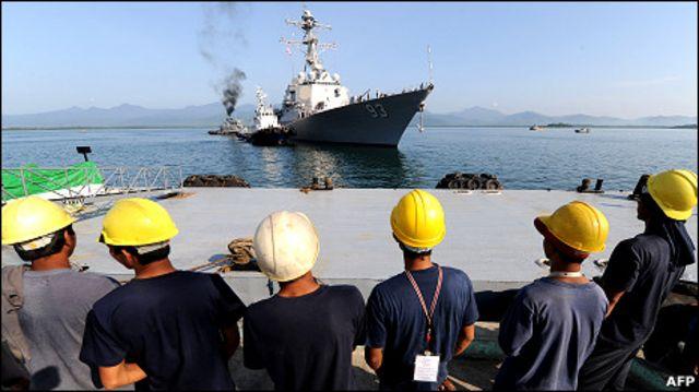 Công nhân đứng nhìn tàu chiến USS Chung Hoon của Hoa Kỳ đang chuẩn bị tập trận chung cùng quân đội Philippines