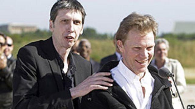 Stephane Taponier (kiri) dan Herve Ghesquiere (kanan) berbicara dengan pers setelah tiba dari Kabul.