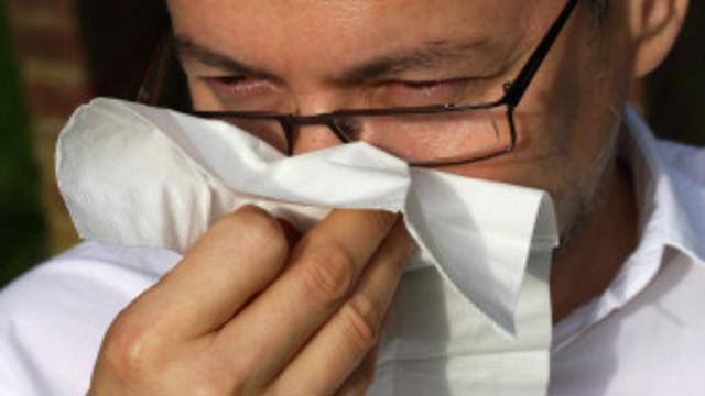 Hombre sonándose la nariz