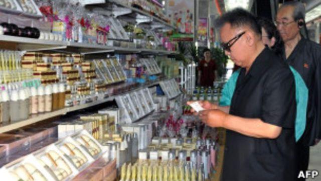 朝鮮領導人金正日在平壤第一百貨公司視察