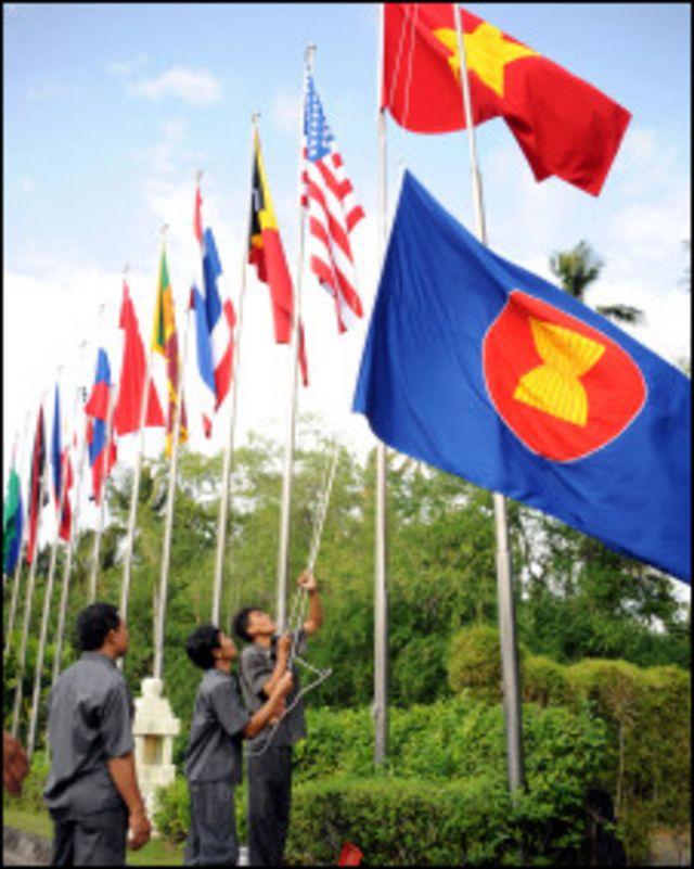 Kéo cờ các nước ASEAN chuẩn bị cho hội nghị Bali tháng 7/2011