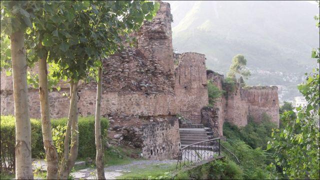 مظفر آباد میں دریائے نیلم کے کنارے صدیوں سے کھڑا یہ لا ل قلعہ قدرتی آفات اور انتظامیہ کی عدم توجہی کے باعث دھیرے دھیرے ختم ہو رہا ہے۔