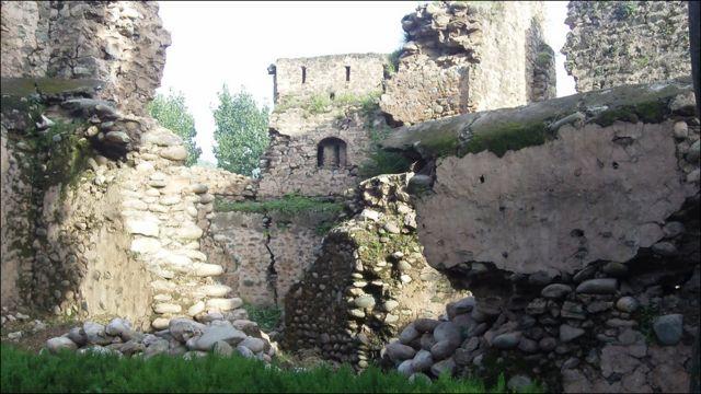 تعمیر کے وقت اس قلعے کا رقبہ انسٹھ کنال تھا اور اس کے تین طرف دریا تھا۔ پہلے سنہ انیس سو بانوے کے سیلاب اور پھر سنہ دو ہزار پانچ کے زلزلے میں اس قلعے  کا بہت بڑا حصہ منہدم ہوگیا۔