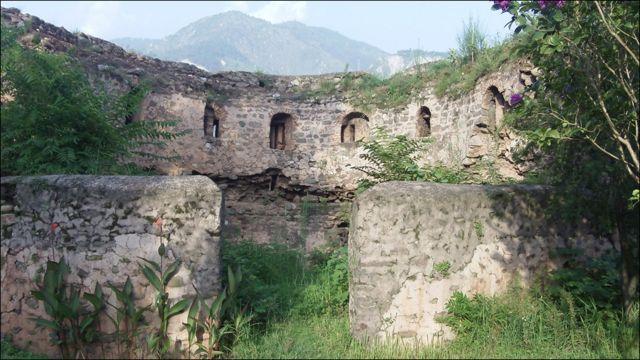 کشمیر کے حکمران چک خاندان نے سنہ 1549 میں اس لال قلعے کی بنیاد رکھی۔ اس کی تکمیل مظفر آباد شہر کے بانی سلطان مظفر کے دورِ حکومت میں سنہ 1646 میں ہوئی۔