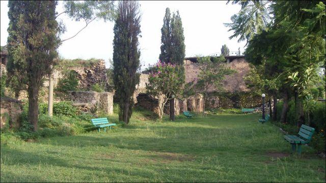 قلعے کے بچ جانے والے حصے میں تین بڑے صحن بھی ہیں۔