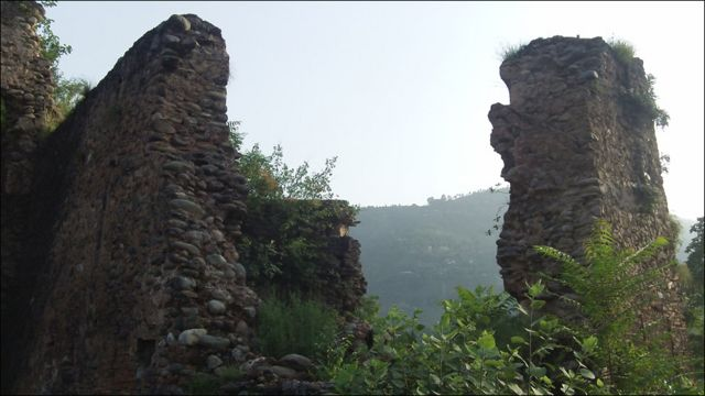 قلعے کے اکثر کمرے دریا برد ہو چکے ہیں اور باقی رہ جانے والے چند کمروں  کی ایک یا دو دیواریں ہی باقی رہ گئی ہیں۔