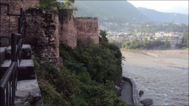 اس قلعے کا زیادہ تر شمالی حصہ دریا کی تندو تیز لہروں کی نذر ہو چکا ہے۔ دو ہزار دس کے سیلاب میں دریائے نیلم کا بہاؤ قلعے کی جانب ہونے کے بعد اس کے بچاؤ کے لیے ایک حفاظتی دیوار تعمیر کی گئی ہے۔