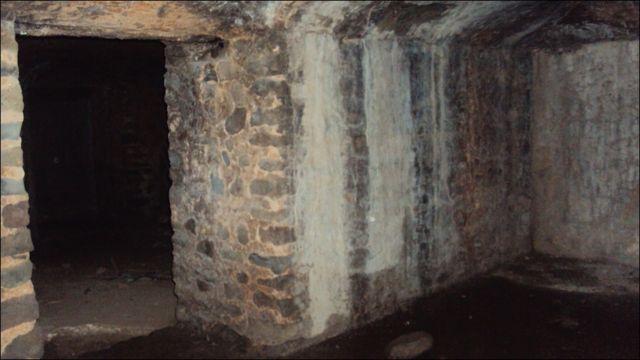 لال قلعہ میں کئی قید خانے بھی ہیں جو متعدد کال کوٹھڑیوں پر مشتمل ہیں۔