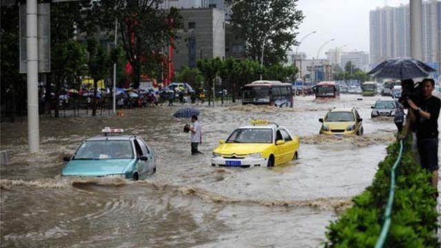 武漢降暴雨,交通幾近癱瘓