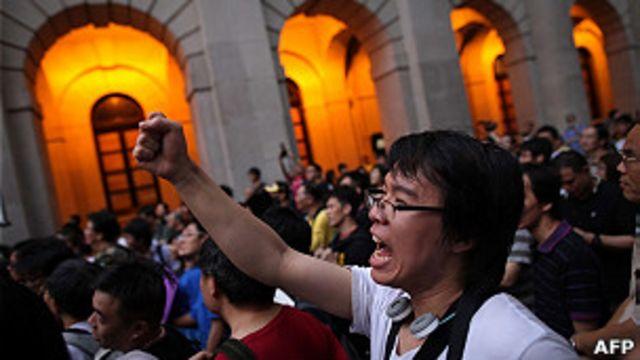 香港民眾在立法會大樓外抗議政府替補機制法案(13/7/2011)