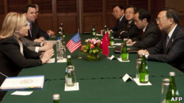 Ngoại trưởng Hillary Clinton gặp người tương nhiệm Dương Khiết Trì phía TQ hè năm nay.