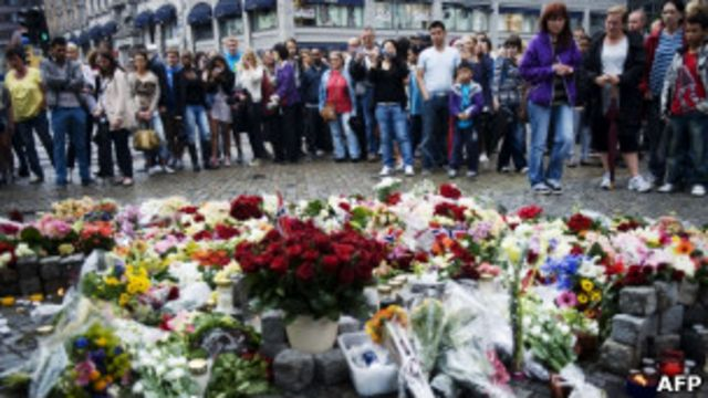挪威奧斯陸民眾在鮮花堆前悼念恐怖襲擊遇害者(23/7/2011)
