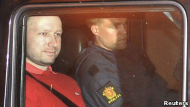 Breivik đã hạ vũ khí khi cảnh sát yêu cầu.