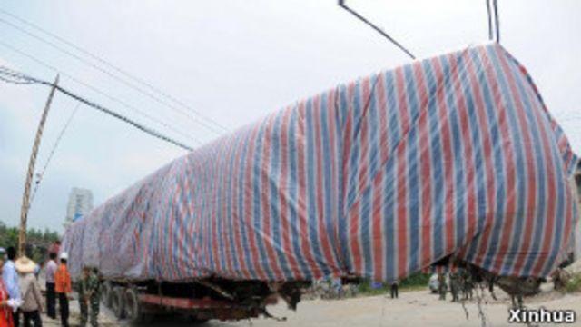 事故車廂殘骸從現場移開