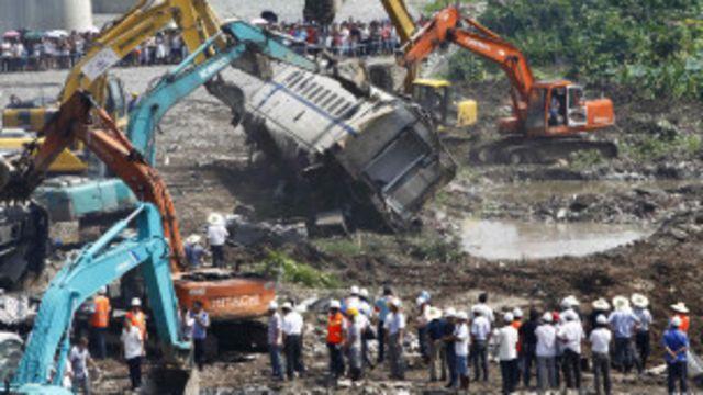 溫州動車組追尾事故現場挖掘了數個大坑