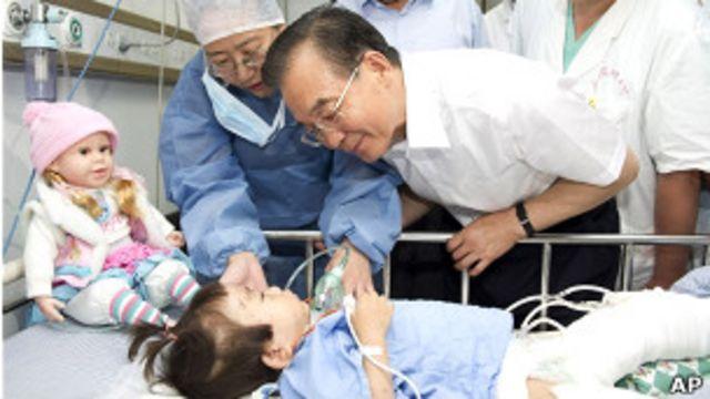 溫家寶在醫院慰問倖存兒童