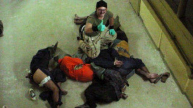 Kopral Charles Graner duduk diatas tahanan Abu Ghraib tahun 2003