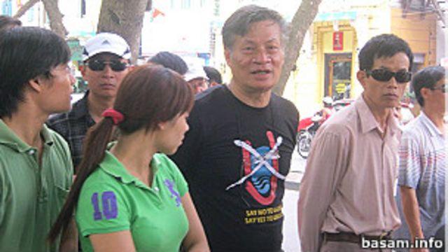 Tiến sỹ Nguyễn Quang A (mặc áo phông có hình chữ U gạch chéo) tham gia biểu tình hôm 7/8