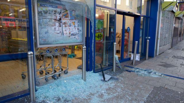 دوشنبه شب، برای سومین شب پی در پی، فروشگاه های تعدادی از مناطق لندن غارت شد