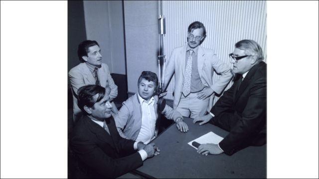 د بي بي سي پښتو خپرونې لومړۍ خپرونه د اګست ۱۵ مه ۱۹۸۱ کال، له کيڼ نه ښی لور، جعفر علي خان، نبي مصداق، ډېوېډ پېج (د څانګې مشر) او جان ډن