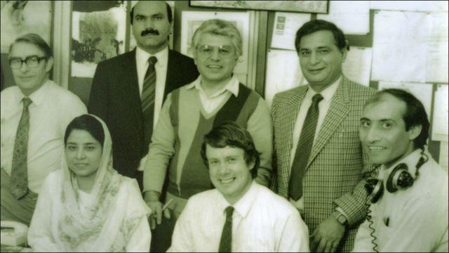د بي بي سي پښتو خپرونې ډله ۱۹۸۹ کال، په شا کتار کې له کيڼې ښۍ خوا ته، محمد اکبر اکبر، نبي مصداق او جعفر علي خان. په مخکيني کتار کې ناست له کيڼ ښی لور، د پښتو څانګې مرستيال مشر برېن بل، صفيه حليم، د پښتو څانګې مشر ګورډن اډم او اختر کوهستانی