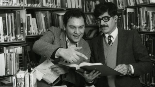 د بي بي سي پښتو اسماعيل نياز (کيڼه خوا) له علي ارغنداوي سره ۱۹۸۸ کال، د بي بي سي په کتابتون کې د اورېدونکيو پوښتنو ته ځوابونه مومي.