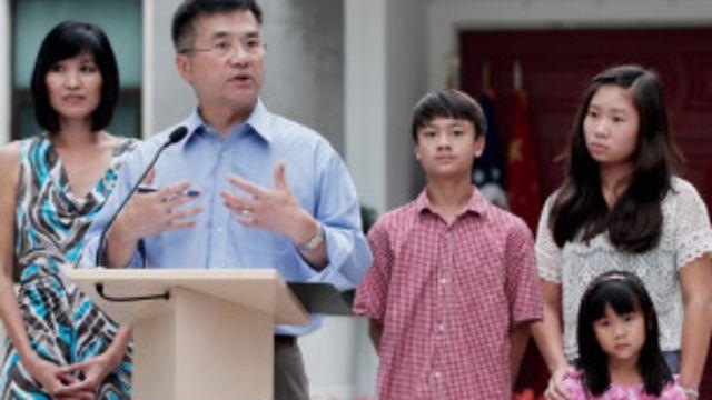 駱家輝和妻子兒女8月14日在北京的新聞會上