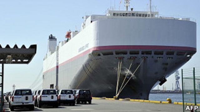 日本橫濱港本牧碼頭上一批日產汽車等候裝船出口(16/7/2011)