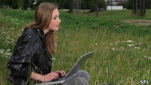 Mujer con computadora portátil